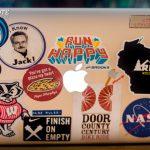 Le quitan el título de ingeniero de sistemas por no tener pegotines en la laptop
